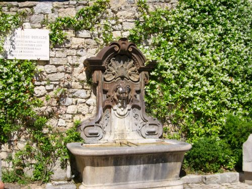 A fountain entirely surrounded by jasmine becomes the setting for a kiss, in The Chocolate Rose. While the village of Sainte-Mère is a deliberately fictional invention which blurs elements of several small towns in this area, in real life, this fountain is in Mougins, France.