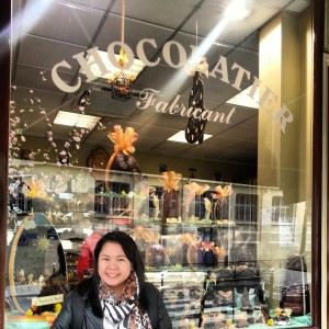 Chachic in front of Paris chocolatier